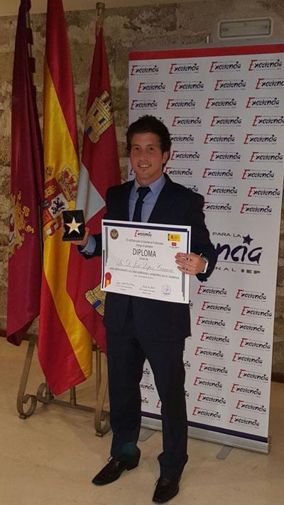 Estrella de Oro. José López Corcuera con el Galardón obtenido a la excelencia profesional