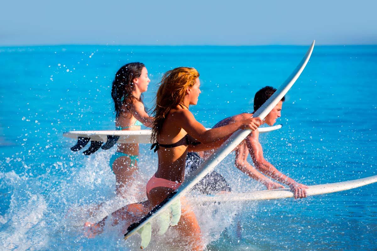 Ejercicio durante las vacaciones, jóvenes tabla surf